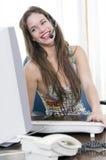 Secretaria de la mujer que habla con el receptor de cabeza y la risa Fotos de archivo