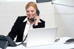 Secretaria de sexo femenino que comunica con su protuberancia Imagen de archivo