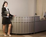 Secretaria en una oficina Foto de archivo