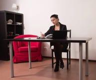 Secretaria en una oficina Foto de archivo libre de regalías