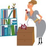 Secretaria en una oficina que contesta al teléfono Fotos de archivo libres de regalías