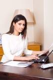 Secretaria financiera de sexo femenino Fotos de archivo libres de regalías