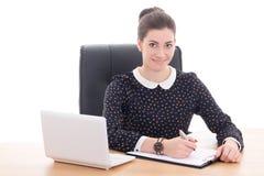 Secretaria hermosa de la mujer de negocios que trabaja en oficina con el ordenador portátil Fotografía de archivo
