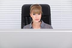Secretaria hermosa en una oficina de alta tecnología limpia Fotografía de archivo libre de regalías
