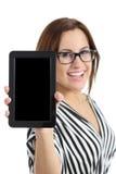 Secretaria hermosa que muestra una pantalla en blanco de la PC de la tableta Imagen de archivo