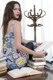 Secretaria hermosa que se sienta en su escritorio sorprendido Imagen de archivo libre de regalías