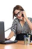 Secretaria hermosa subrayada en el teléfono que trabaja en la oficina Foto de archivo
