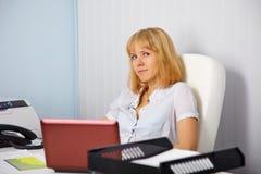 Secretaria joven en lugar de trabajo de la oficina Fotografía de archivo libre de regalías