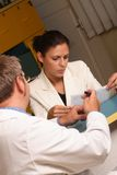 Secretaria médica y doctor que trabajan junto Foto de archivo libre de regalías