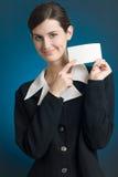 Secretaria o empresaria con la tarjeta de nota en blanco, sonriendo Fotografía de archivo libre de regalías