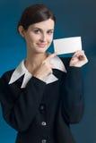 Secretaria o empresaria con la tarjeta de nota en blanco, sonriendo Fotos de archivo