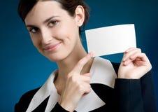 Secretaria o empresaria con la tarjeta de nota en blanco, sonriendo Imagenes de archivo