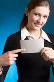 Secretaria o empresaria joven con la tarjeta de nota en blanco Fotos de archivo libres de regalías