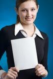 Secretaria o empresaria joven con la tarjeta de nota en blanco Imagen de archivo