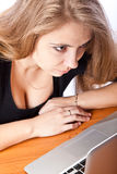 Secretaria o estudiante con la computadora portátil Imágenes de archivo libres de regalías