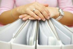 Secretaria que lleva a cabo las carpetas, concepto de contabilidad, negocio, docume foto de archivo libre de regalías