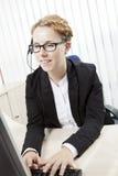 Secretaria que pulsa en su ordenador Fotografía de archivo