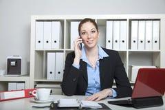 Secretaria que tiene una llamada Imagen de archivo libre de regalías