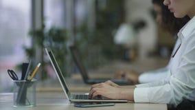 Secretaria resistente enfocada de la mujer de la tensión que mecanografía en el ordenador, trabajo bajo presión almacen de video