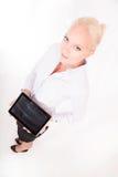 Secretaria rubia que sostiene una PC de la tableta Imagen de archivo