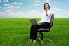 Secretaria sonriente en el campo que muestra los pulgares para arriba Imagen de archivo libre de regalías