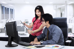 Secretary showing business report 1 Royalty Free Stock Image