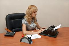 Secretary typing on Typewriter Royalty Free Stock Images