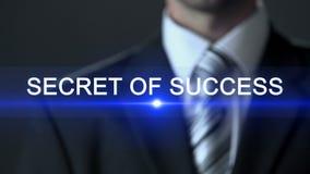 Secreto del éxito, traje de negocios que lleva del hombre que presiona los botones en la pantalla, historia metrajes