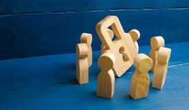 Secreto del banco, secreto médico Las figuras de madera de la gente se colocan alrededor de un candado en un fondo azul El concep fotografía de archivo libre de regalías