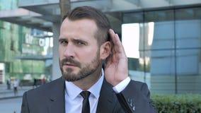 Secreto, hombre de negocios Listening de la barba con la atención almacen de video