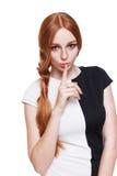 Secreto, mujer con el finger en los labios aislados Imagenes de archivo