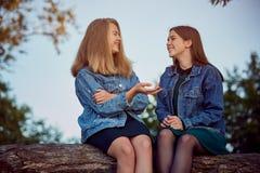 Secretos del verano de las muchachas foto de archivo