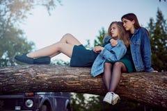 Secretos del verano de las muchachas imagen de archivo