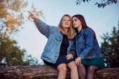 Secrets d'été de filles photos stock