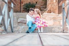 Secrets de petit garçon et de fille Garçon et fille s'asseyant sur les escaliers Images libres de droits