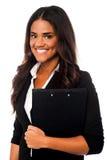 Secrétaire assez féminin tenant des dossiers d'affaires Photographie stock libre de droits
