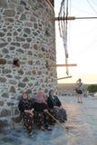 Secteur égéen - le moulin de vent regardant à égéen voient le coucher du soleil Images stock