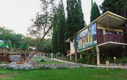 Secteur aménagé en parc du complexe reconstruit d'hôtel photographie stock libre de droits