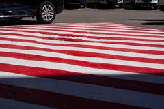 secteur blanc rouge sur l'asphalte pour les véhicules spéciaux Endroit pour des pompiers et des sauveteurs, urgence photo libre de droits