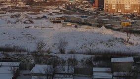 Secteur coopératif et grand de vieux garage soviétique de dortoir à Moscou au coucher du soleil d'hiver banque de vidéos