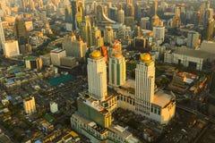Secteur d'activité de ville de Bangkok de vue aérienne pendant le coucher du soleil Photo libre de droits