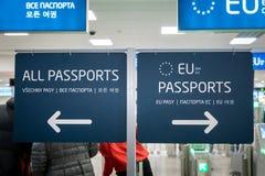 Secteur d'entrée de contrôle de passeport pour l'UE et d'autres supports de passeport à l'aéroport de Prague, République Tchèque Photos libres de droits