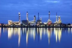 Secteur d'usine de raffinerie de pétrole au crépuscule Photo stock
