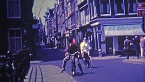 1969 : Secteur de Bohème des citadins marchant et faisant du vélo les rues étroites clips vidéos