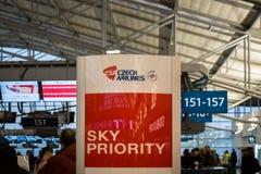 Secteur de comptoir d'enregistrement de Czech Airlines à Prague Vaclav Havel Airport Photos stock