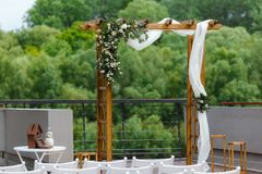Secteur de la cérémonie de mariage près de la rivière sur le pilier Rect en bois Images stock