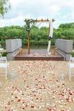 Secteur de la cérémonie de mariage près de la rivière sur le pilier Rect en bois Photographie stock libre de droits