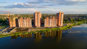 Secteur de la ville avec de nouveaux bâtiments près de la rivière Photos libres de droits