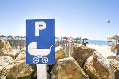 Secteur de parking de poussette de bébé par la plage Photos libres de droits
