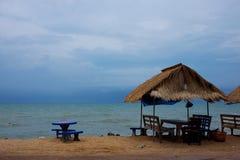secteur de plage pendant le bas touriste photos libres de droits